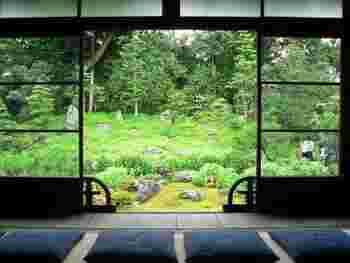 朝の静かな境内で座禅と朝粥体験を行っているお寺もあります。日本庭園を眺め、座禅を組んだら心身ともに癒され清々しい気持ちになれそうです。早起きして日本古来の伝統的な文化を体験してみるのも素敵ですね。