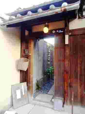 お茶好きのご主人が古い一軒家を改修したという隠れ家的存在の古民家茶房「好日居(こうじつきょ)」。