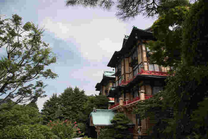 「宮ノ下温泉」は、室町期に開湯され、江戸期に栄えた湯治場の一つです。 「宮ノ下温泉」の発展は、江戸後期の横浜開港とともに始まりました。横浜居留の外国人らが公に許可された国内の旅先が、ここ「箱根」だったためです。  そして、明治11年に、ここ「宮ノ下」に、外国人専用宿泊施設「富士屋ホテル」が開業すると、さらに多くの外国人が逗留するようになり、国際的な保養地として「箱根」は、大きく発展しました。  【「富士屋ホテル」の「花御殿」。内部の客室は、全て花の名が付けられ、ドアや鍵などに花のモチーフがあしらわれている。】