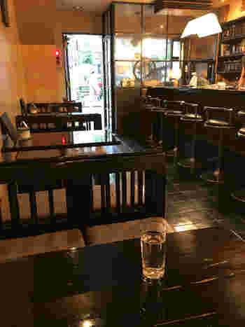 """""""THE 昭和""""なたたずまいは、最近のカフェに慣れた方には新鮮に映るかも。BGMはジャズ~ロック系。"""