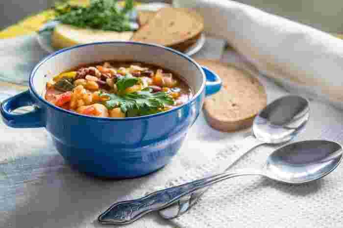 寒い日には、体が温まる具だくさんのスープやお味噌汁が食べたくなりますよね。おうちにある残った野菜を刻んで入れたり、季節ごとの旬の素材を具にしたりと、アレンジは無限大。一杯でおかずにもなりお腹も満足する、食べる系「具だくさんスープ&味噌汁」のレシピをご紹介します。