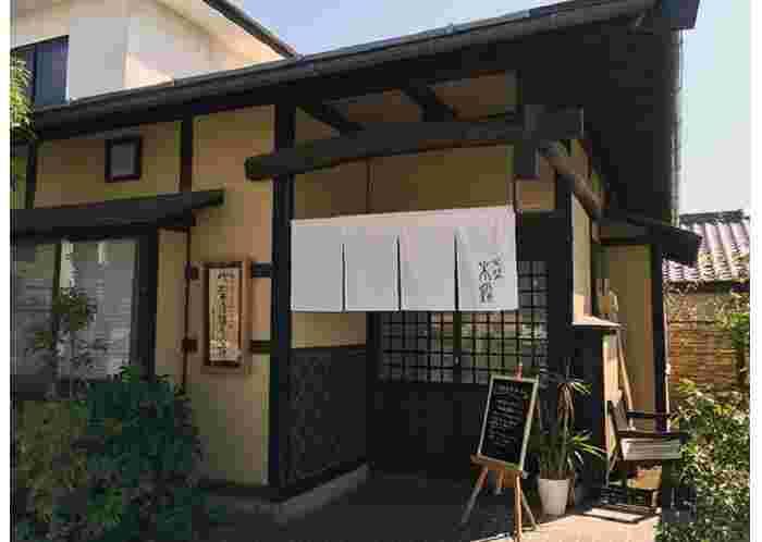 店主は福島県出身。福島に次いで松本で蕎麦修業を重ねた後、2014年にオープンしました。店名の由来は、闘鶏において、木彫りの鶏のように動じることのない強い鶏のこと。