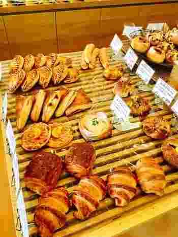 店内には美味しそうなパンがおしゃれに並べられています。デニッシュやパイ系のごほうびパンが多く、どれも丁寧に作られていて絶品です。お店の方の人柄もよく、地元の方はもちろん遠方にもファンが多いパン屋さんです。