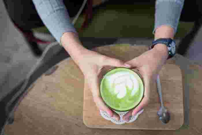 日本を代表するお茶の緑茶を使った「抹茶ラテ」もすっかり世界中で市民権を得ました。緑と白の美しいハーモニーで見た目もほっこり。温めた牛乳をミルクフォーマーで泡立てれば、自宅でも素敵なラテアートが楽しめます。