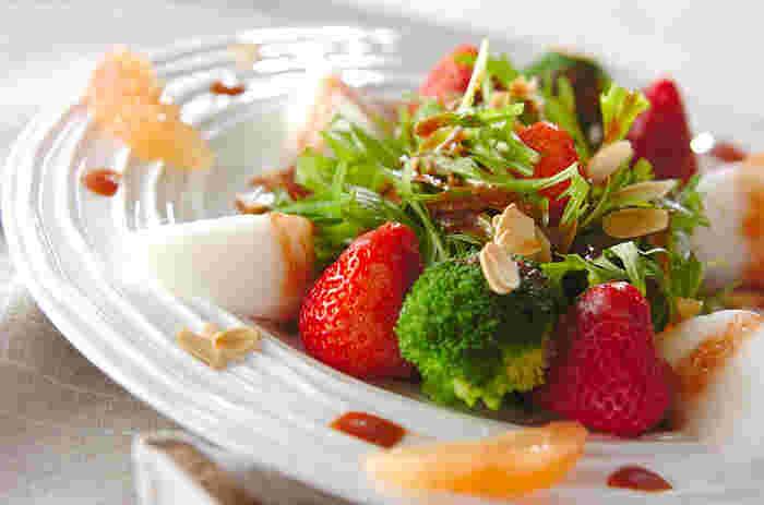 ビタミンCたっぷりの見た目もとっても可愛らしいイチゴのサラダ。裏ごししたイチゴを加えたドレッシングで頂きます。おもてなしの席などにもぴったりな華やかなサラダです。