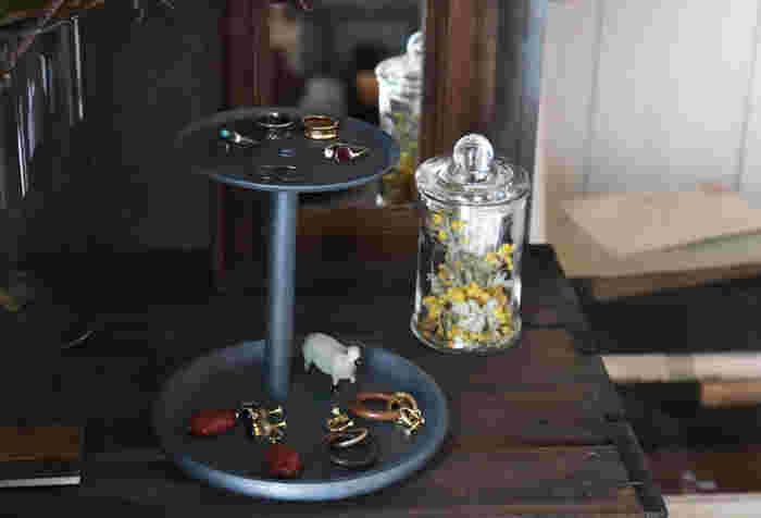 こちらの2段トレイは、セリアのキッチンペーパーホルダーと100均の木皿だけで作っているというから驚き!ペーパーホルダーの軸をカットして、皿を固定するだけなので手軽に作れます。好きな色にペイントすれば、100均のアイテムとは思えない洗練された仕上がりに。