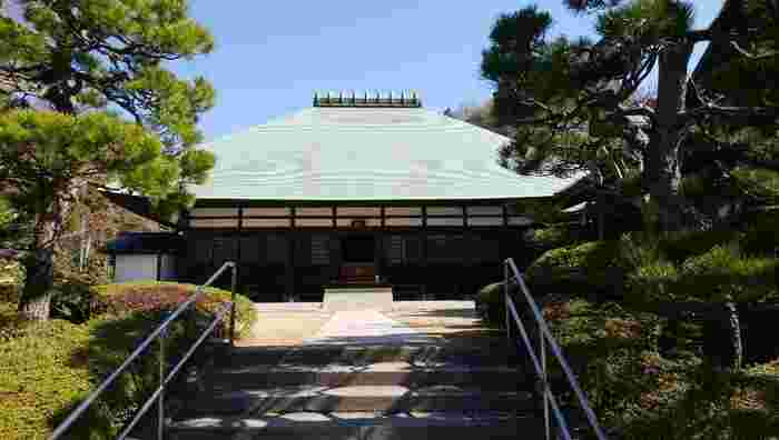 浄妙寺の一画にある喜泉庵(きせんあん)にはJR鎌倉駅から徒歩かバスで向かいます。お天気のいい日は鎌倉駅からのんびり歩きながら名所めぐりをしてもいいですね。