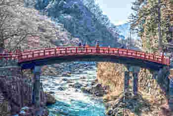 明治の館からは少し離れていますが、日光の象徴的な橋である「神橋」は、ぜひ訪れたいフォトジェニックスポット。大谷川にかかる朱塗りの橋は、どこか神秘的でとてもキレイです。