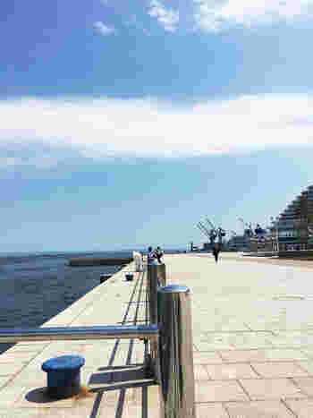 海からの風が気持ちよく、つい長居してしまうもの。 点在するベンチは、オーシャンビューの特等席! ぼんやりと海を眺めると心も癒されそうです。