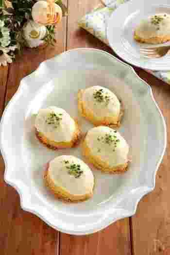 レモンケーキに、湯煎して溶かしたホワイトチョコレートをかけて。レモンのさっぱり感とチョコの濃厚さのコンビネーションがやみつきに。