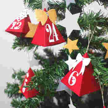 実物のクリスマスツリーに飾るのも◎。三角のオーナメントの中には小さな飴などが入っています。