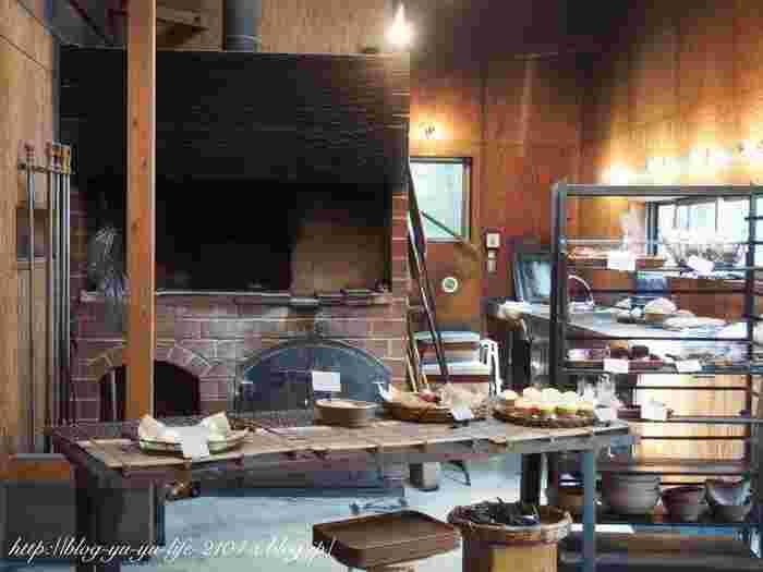 店内には大きな石窯が鎮座。これで1つ1つ焼き上げるため、たくさんの量を焼くことができないそうです。イートインスペースもあり、買ってすぐに食べられますよ。