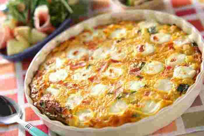 パーティーにもぴったりのビッグサイズのオープンオムレツは、モッツァレラチーズを使ってちょっと贅沢に。あらかじめ火を通した具材を卵液と混ぜたら、オーブンでこんがり焼き上げましょう。