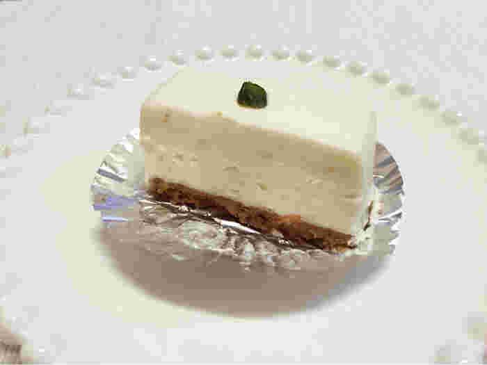 若干小ぶりなレアチーズケーキですが、一口食べた時の濃厚さは忘れられません。後からふんわり広がるレモンの酸味も爽やかで、自分へのご褒美には絶対にコレ!と決めておきたい幸せになれるレアチーズケーキです。