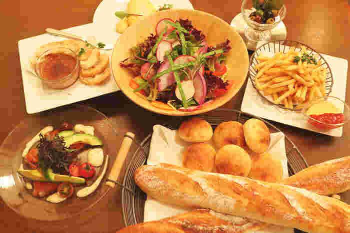 お手頃価格の日替わりランチメニューやケーキセット、バーメニューなど時間帯に合わせた、フランス料理が気軽に楽しめます。