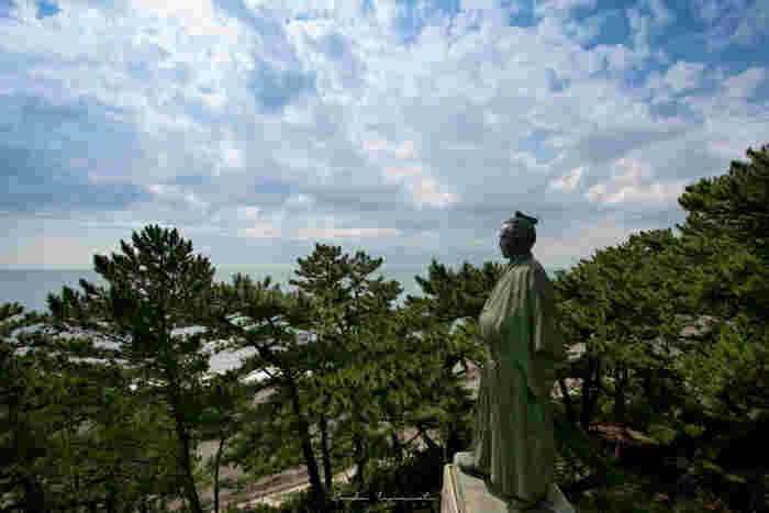 桂浜公園の高台にあるのが、「坂本龍馬像」です。太平洋を見つめる坂本龍馬の姿を、旅の記念に一枚撮影しておきたいですね。