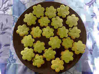 緑茶とミントのさわやかな組み合わせを焼き菓子で♪型抜きすれば、プレゼントにもぴったりの愛らしいサブレに。緑茶のパウダーと刻んだミントの葉を使います。ミントはフレッシュミントがおすすめですが、ドライミントでもできます♪