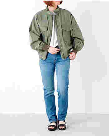 MidiUmi(ミディウミ)のフライトジャケット。短めの丈、大型ポケットなど、G-8と呼ばれるミリタリージャケットをイメージした綿麻素材のジャケットです。ゆったりとしたディテールとウエストまでのショート丈がミニマムなシルエット。ゆるく羽織って今年らしい着こなしが楽しめます。