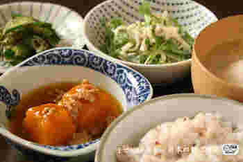 バランスがよく、体にも優しい一汁三菜の食事。ごはんなどの「主菜」を中心に、お味噌汁などの「汁もの」、肉・魚・大豆などを使ったメインになるおかず「主菜」と、野菜を使った「副菜」「副々菜」をそろえてあげるとバランスのよい食事が出来上がります。