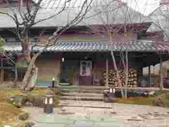 「山荘 無量塔(むらた)」は、湯布院の喧騒から少し離れた場所に位置しています。静寂と言う名が相応しい、湯布院の人気宿の一つです。