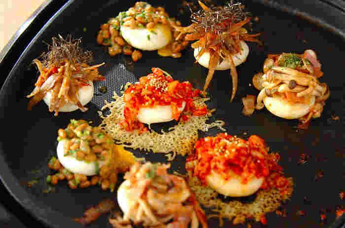 ホットプレートで焼いた餅にキムチや納豆、ベーコンをトッピング!その他には明太子やチーズをのせても美味しいですよ。お好きなトッピングでどうぞ。