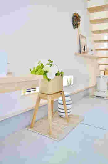 広いエントランスに、お気に入りのお花や植物を。シンプルで清潔感溢れるエントランスアレンジです。