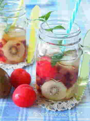 「フルーツビネガーウォーター」と一緒に「ゼリー」の食感が楽しめて、カラフルでフルーティ、ぷるぷると三度おいしいさっぱりドリンク。フルーツジュースで作ったゼリー、カットしたフルーツをりんご酢と一緒にして馴染ませるだけの簡単ドリンクです。