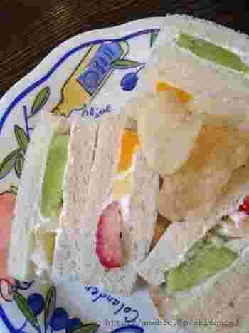 その他、フルーツサンドもおすすめです。旬のくだものフレッシュな色合いがとてもキレイ。フルーツの甘酸っぱさと生クリームのコクが最高です。