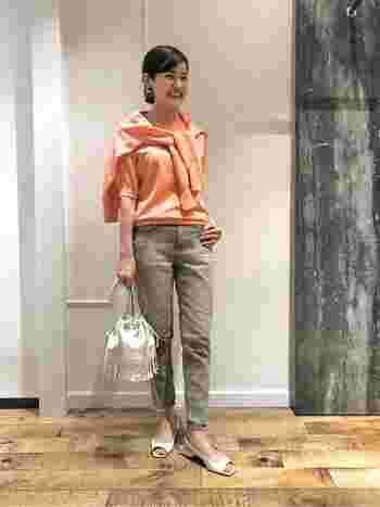 優しげなピンクオレンジ色のアンサンブル。シンプルなアイテムと合わせてスッキリ着こなすのがポイント。