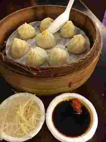 オーソドックスな小籠包は、薄めの皮にしつこくないスープ、少し胡椒を効かせた餡が美味です。