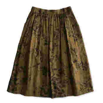 さらりとしたコットンリネン生地が気持ちよいスカート。落ち着いたセピアカラーと草木柄がシックで新鮮な一枚です。すっきりとしたデザインなので、ヴィンテージブラウスと合わせて少女風に、コットンニットと合わせて大人っぽく…など、コーディネートの幅が広がりそう。