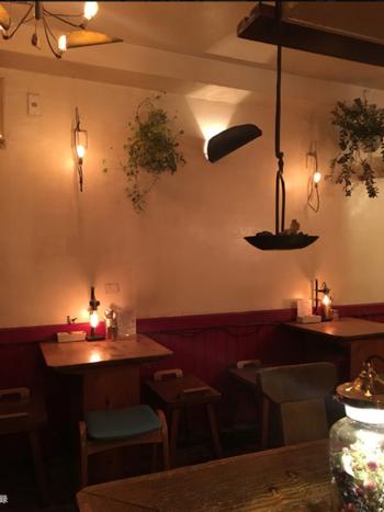 店内にはウッディなカウンターとテーブル席が。アイアン調の照明も調和しいい雰囲気です。