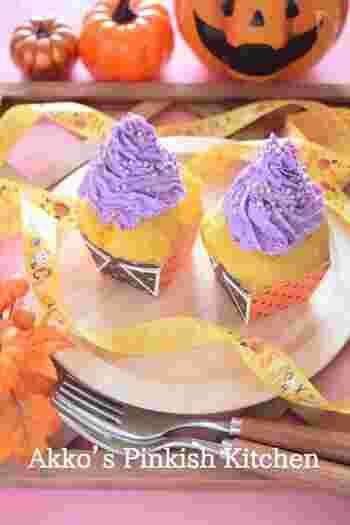 小ぶりのパンプキンマフィンは、人気のハロウィンスイーツ。  コチラのレシピは、ボウルにカボチャや卵などの材料と、ホットケーキミックスを入れてよく混ぜて、オーブンで焼くだけ。カボチャのほどよい甘さが香る、しっとりマフィンが焼き上がりますよ。  さらに、市販のホイップクリームに紫いもパウダーを加えたパープルのクリームを添えて、ハロウィン感をプラスしてみましょう。友人や職場に配るスイーツとしてもおすすめの一品です!