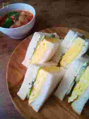 ふんわりと焼き上げた卵焼きをサンドイッチ仕立てに。関西では、ゆで卵をマヨネーズで和えた卵サラダを挟み込むのではなく、こちらの卵焼き仕立てが一般的だそう。どちらの卵サンドが好きか、子どもと一緒に試してみたくなります。