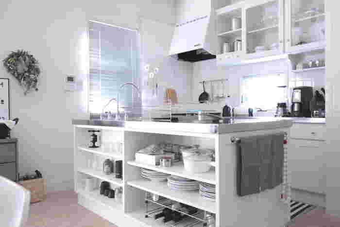 ひよりさんが一目惚れしたという真っ白なキッチン。棚にはお気に入りの器やキッチン道具が収められています。白が美しいキッチンは料理もより一層楽しくなりそう。