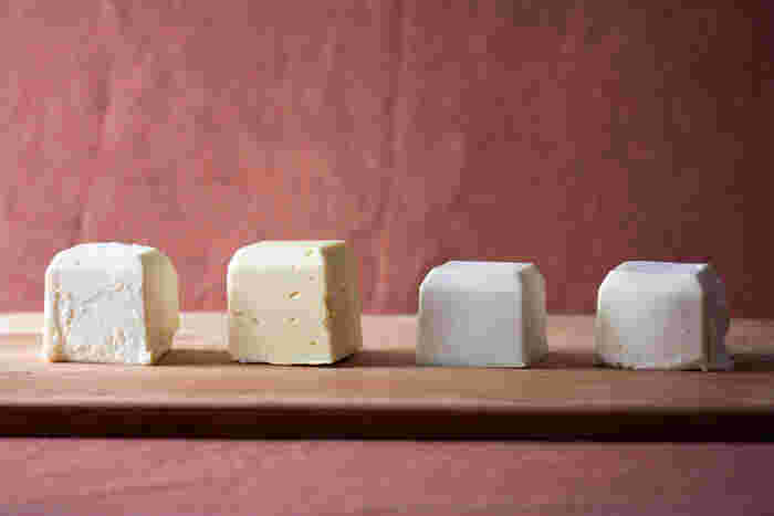 バターは無塩バターを使いましょう。無塩バターはお菓子の風味を損ねることなくバター本来の風味をプラスしてくれますよ。また、植物性のビーガンバターなどでも作ることができ、味はあっさりとした仕上がりになります。自分で作ることもできるのでナチュラル派の人は下記も参考にしてみてください。