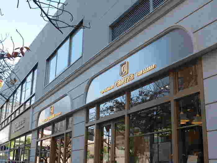セントル・ザ・ベーカリー(CENTRE THE BAKERY)は、東京・有楽町にある食パン専門店。パンを特集した雑誌に必ず紹介されるほどの人気店です。食パンだけを買いに、開店前からお店の前には多くのお客さんが並ぶことも、珍しくありません。