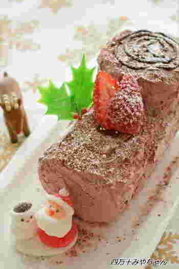 クリスマスケーキとしても定番化しつつあるブッシュ・ド・ノエル。こちらのブッシュ・ド・ノエルは、マリービスケットで作られています。作り方は簡単!牛乳にひたしたマリービスケットにホイップクリームを挟んで、チョコクリームを塗るだけ♪簡単なので、お子様と一緒にも作れるレシピです。
