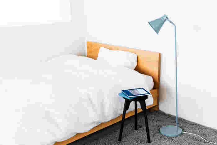 シンプルな寝室に、スマートな黒いスツールを置いて。目覚まし時計やスマホ、本など置くナイトテーブル代わりになります。どうしてもごちゃごちゃになってしまいがちなベッドサイドにスツールを置くことで、すっきりとした印象に◎
