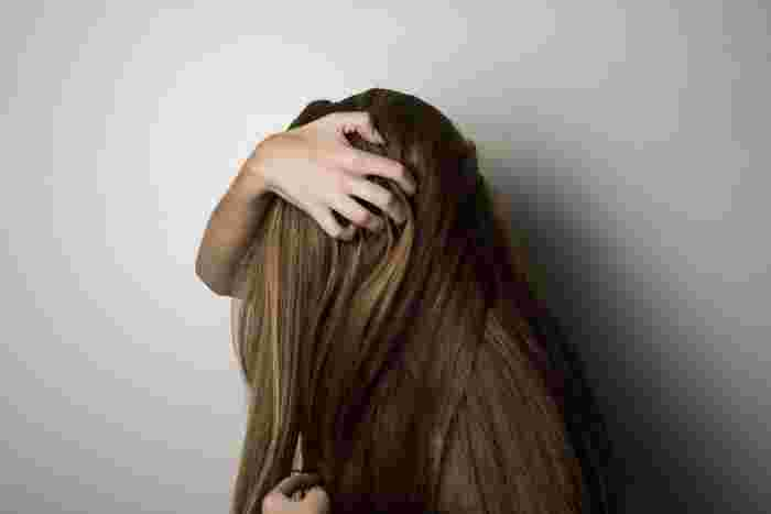 シャンプーやコンディショナーが完全に洗い流せていないなど、日々の洗髪で地肌トラブルが起こっている場合も髪の毛がパサつきがちに。  髪の毛にとって必要な土壌となる地肌が痛んでいたら、健康な髪の毛が生えにくくなります。  頭皮のかゆみやべたつき、においがある場合はシャンプーやコンディショナーの洗い残しを疑ってみましょう。