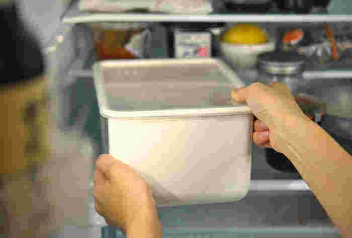 ぬか床は30℃以上を超えてしまうと菌の異常発酵が起きてしまうことがあります。せっかく作ったからには大事に育てたいものてすよね。そこで活用したいのが「冷蔵庫」です。 冷蔵庫に保存することでカビの発生の予防にも繋がり、いつでも冷えたぬか漬けが楽しめます。 その他にもこんなメリットも・・・
