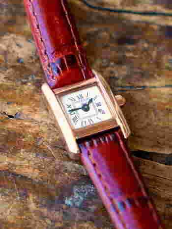 本革のベルトは型押ししていないので、自然のままの味わいを楽しめます。時計版もシンプルでありながら、どこか懐かしさを感じさせるようなクラシックなデザイン。細身のベルトが、華奢な手首を演出してくれます。
