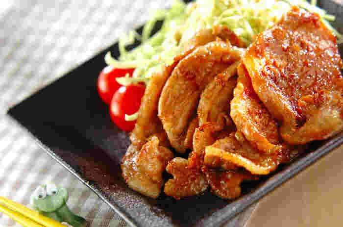 女性にも男性にも定番人気の「豚肉の生姜焼き」。下味+焼きで絡める調味料でしっかりと味が付くので、冷めても美味しさが続きます。調理も簡単で失敗しにくいのはうれしいポイントですね。