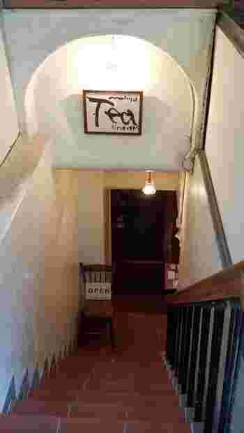 地下にお店を構える、<tea room mahisa>。煉瓦色の階段がお店へと導いてくれます。隠れ家のようで、お店の扉を開く前から、なんだかわくわくしてきますね。
