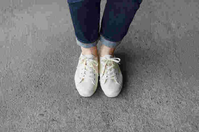福岡県久留米市の日本を代表するスニーカーブランド「MOONSTAR(ムーンスター)」。1873年の創業以来、妥協のない靴作りを行っている老舗のスニーカーブランドです。職人さんの手によって作られるスニーカーは、手仕事ならではの丁寧で美しいつくりが魅力です。