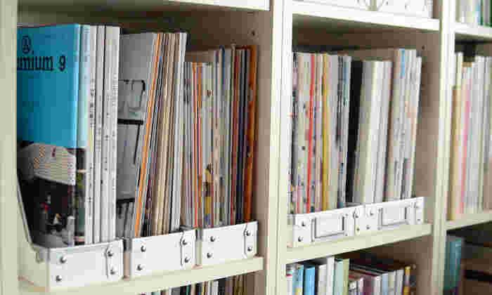 自立する雑誌や本、シリーズ物の書類の収納など・・・デザインやカラーが違ってもファイルボックスが同じだと統一感が出てスッキリ見えます。
