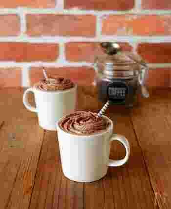 コーヒーにココアをプラスしたカフェモカ風のデザートカフェ。生クリームホイップを飾ることで、デザート感覚で飲めるホットドリンクです。お好みで、チョコソースやクランチチョコを乗せても美味しくなります。