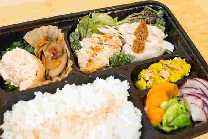 京王線の仙川駅から徒歩3分のところにある「こうじ家たらぎ」は、その名の通り麹を使ったお料理が人気のお店。富山県にある「石黒種麹店」から希少な麹だけを取り寄せ、醤油麹・塩麹・甘酒を毎日お店で手作りしています。ランチの「美腸弁当」は、麹に漬けたお肉や醤油麹で和えたお野菜などが盛りだくさん。日替わりなので毎日食べても飽きないと評判なんですよ。