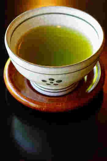 緑茶の茶葉小さじ1~2に対して、お湯を200~300㏄。緑茶は70℃程度、玉露は50~60℃の低めの湯温で淹れます。急須で1~2分蒸らしてから、温めた湯呑みに注ぎましょう。