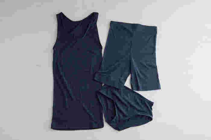 下半身を冷やさないように、インナーに暖かな肌着を着ておくのもいいですね。薄くて暖かい肌着なら、アウターにひびくことなく身体を温められます。